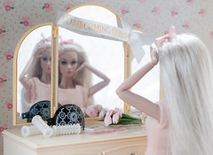 A-Z Doll Photo Challenge: R - reflection (sadeyeddoll) Tags: marinaandthediamonds electraheart teenidle welcometomistyhollows poppyparker doll bedroom diorama pink vintage retro sindy vanity dressingroom mattel barbie homecomingqueen