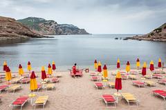 Sardegna 17, Torre Porticciolo (christine thormählen) Tags: sardegna spiaggia ombrelloni mattina bagnino