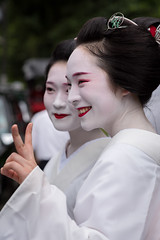 smile (byzanceblue) Tags: kyoto maiko geisha geiko kagai miyagawacho japan japanese woman girl female beauty cute beautiful 宮川町 京都 kimono gion dance lovely 舞妓 舞踊 traditional kanzashi formal 祇園 black 花街 white color colour flower nikkor background people photo portrait professional lady lovery 芸妓 着物 bokeh red traditonal summer 花笠巡行 コンチキ踊