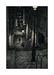 Paris n°209 (Nico Geerlings) Tags: ngimages nicogeerlings nicogeerlingsphotography paris france montmartre nuit nightphotography streetphotography abbesses rueandreantoine leicammonochrom 50mm summilux