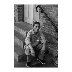 ... (jean76_58) Tags: pentax portrait streetportrait street photography regard blackwhite bw noirblanc nb monochrome monotone urbain urban people frenchtouch chapeau personnes sdf home jcois