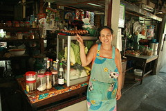 food vendor lady in front of her shop (the foreign photographer - ฝรั่งถ่) Tags: food vendor lady shop khlong thanon portraits bangkok bangkhen thailand canon