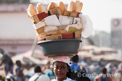Korhogo morning - bread vendor (10b travelling / Carsten ten Brink) Tags: 10btravelling 2018 africa africaine african afrika afrique carstentenbrink cotedivoire elfenbeinkueste iptcbasic ivorian ivorycoast korhogo senoufo senufo westafrica africain baguette bread carrying cmtb food icarry ivoirien ivoirienne marche market north tenbrink vendor woman