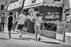 30 (stevefge) Tags: 2018 deutschland duitsland germany munchen munich street shop people candid unsuspectingprotagonists reflectyourworld men girls women balloons hat monochrome zw zwartwit blackandwhite bw summer zomer straat