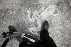 Je croa (Atreides59) Tags: lyon rhône rhone urban urbain street france pied foot pieds feet black white blackandwhite bw noir blanc nb noiretblanc pentax k30 k 30 pentaxart atreides atreides59 cedriclafrance