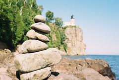 Stacked rocks at Split Rock (Thiophene_Guy) Tags: thiopheneguy originalworks canonet ql17 canonetql17giii kodakgold200 rollfilmweek lighthouse splitrock