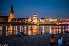 People enjoying the blood moon over Duesseldorf (Germany) (patuffel) Tags: persil mofi blut mond blutmond bloodmoon blood moon altstadt old town duesseldorf düsseldorf dusseldorf germany rhine rhein eclipse lunar mondfinsternis