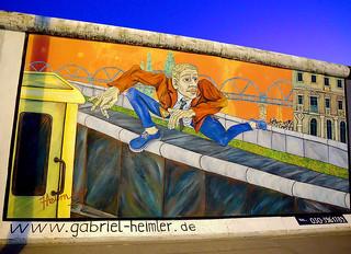 East Side Gallery - Der Mauerspringer von Gabriel Heimler - Berlin bei Nacht