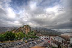 (381/18) El pueblo y el castillo (Pablo Arias) Tags: pabloarias photoshop ps capturendx españa photomatix nubes cielo arquitectura carretera montañacastillo guadalest coche auto alicante