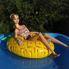 Relaxing (Deejay Bafaroy) Tags: fashion royalty jasonwu fr integrity toys doll puppe hotdots poppy parker tropicalia convention 2012 barbie wasser water swimmingpool schwimmbassin schwimmbecken blue blau yellow gelb green grün portrait porträt blonde blond summer sommer pineapple ananas