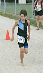 Barefoot triathlete (Cavabienmerci) Tags: kids triathlon 2018 nyon switzerland suisse schweiz kid child children boy boys run race runner runners lauf laufen läufer course à pied sport sports running triathlete barefoot bare foot