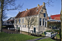 Old house near the water ... (5975) (Le Photiste) Tags: clay oldhousenearthewater hindeloopenfryslânthenetherlands oldhouse building ancientbuilding bluesky fryslânthenetherlands thenetherlands nederland oddhouse elfstedenvanfryslân ngc afeastformyeyes aphotographersview autofocus artisticimpressions anticando blinkagain beautifulcapture bestpeople'schoice creativeimpuls cazadoresdeimágenes canonflickraward digifotopro damncoolphotographers digitalcreations django'smaster friendsforever finegold fairplay greatphotographers groupecharlie peacetookovermyheart clapclap hairygitselite ineffable infinitexposure iqimagequality interesting inmyeyes livingwithmultiplesclerosisms lovelyflickr lovelyshot perfectview beautiful myfriendspictures mastersofcreativephotography niceasitgets photographers prophoto photographicworld planetearthbackintheday photomix soe simplysuperb saariysqualitypictures showcaseimages simplythebest simplybecause thebestshot theredgroup thelooklevel1red vividstriking wow worldofdetails yourbestoftoday awesomeview fryslân ancientfrisianhouse ditch fenche tree balconyabovethewater od