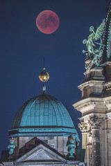 Lunar eclipse (davidcl0nel) Tags: 2018 canon canon5dmarkiii deutschland germany sommer summer lunareclipse eclipse total sigmacontemporaryaf150600mm5063dgoshsm berlin berlinerdom angle engel roof dach