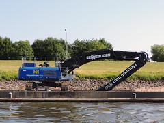 Zwarte Meer mit Sennebogen (Parchimer) Tags: baggerschute hopperbarge schiff ship geesthacht elbe wasserbau