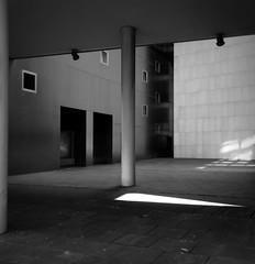 Bilbao moderna (fotomie2009) Tags: espagne spagna spain españa espanya bilbo bilbao monochrome monocromo bw bn architecture architettura modern moderna courtyard