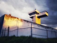 Atardece sobre el penal femenil, un día más, un mes más, un año más. (FOTOS PARA PASAR EL RATO) Tags: cdmx tepepan barda torre prisión carcel