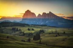 Alpe di Siusi Sunrise (der_peste (on/off)) Tags: sunrise alpedisiusi seiseralm altoadige südtirol berge mountains langkofel plattkofel plateau hochalm italy atmosphere mist fog landscape clouds sunset