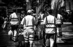 Le ballet des balais...../ Brooms ballet... (vedebe) Tags: homme travail humain human people ville city street rue urbain urban urbanarte noiretblanc netb nb bw monochrome