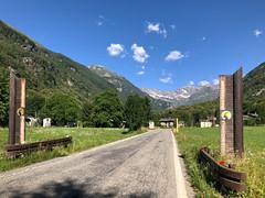 (Paolo Cozzarizza) Tags: italia piemonte torino locana panorama strada prato cartello alberi