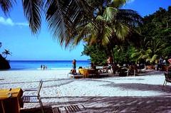32980009 - dragon bay (molovate) Tags: spiaggia mare cielo oceano tropici albero persone acqua cs5 giamaica dragonbay tropicale jamaica scanner pellicola old vecchia foto 1984