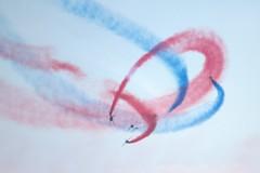 Arabesques célestes - Heavenly paths (chriskatsie) Tags: avion plane france voltige show spectacle mer sea plage beach sand été summer sky path