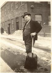 M. Lucien Fortin dans les années 1940 (SHPEHS) Tags: parkextension parcextension parkex parcex beaumont mclarenbelting delépée montreal shovel snow neige pelle