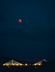 Roter Mond / Blaues Wunder / Schwarzer Schatten (zeltbrennt) Tags: nacht dresden mondfinsterniss blaueswunder