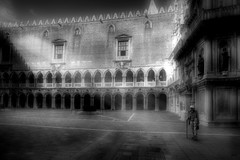 ...   ¿Por qué, en general, se rehuye la soledad? Porque son muy pocos los que encuentran compañía consigo mismos. Carlo Dossi (1849-1910) Escritor italiano... (franma65) Tags: venecia palacioducal