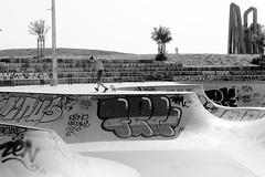 Skate au sol (ZUHMHA) Tags: marseille france urban urbain line lignes courbes curve summer été sun soleil lumière light shadow ombre ombreetlumière skatepark skateparc bowl sport fun skate people gens humain human personnes sportif jeunesse sportextrême sportdeglisse glisse graf tag scènedevie