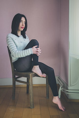 Célia (www.michelconrad.fr) Tags: jaune rouge vert bleu canon eos6d eos 6d ef24105mmf4lisusm 24105mm 24105 femme modele portrait studio noir pose chaise pull collants