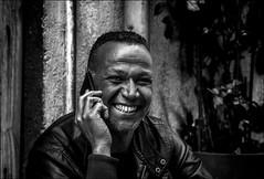 Apprendre une bonne nouvelle!! / Receive a good news!! (vedebe) Tags: netb noiretblanc nb bw monochrome rue street ville city urbain urban urbanarte portraits portrait sourire tel homme humain human people