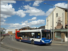 22842, Corporation Street (Jason 87030) Tags: rugby leamingtonspa corporationst street clouds sky weather nice enviro 64 red white blue orange bus publictransport pub view scene town rugger williamwebbellis outside outdoors kx09bhl 22842 sport try lighting sony