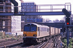 92013 hauling the 09.10 Dollands Moor-Wembley intermodal passing London Kensington Olympia on 19March2000 (mikul44171) Tags: 92013 thirdrail kensington olympia intermodal swapbodies boxes boites