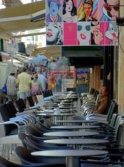 2018-07-22 - Dimanche - 203/365 - De bars en bars - (Rue D'la Soif) (Robert - Photo du jour) Tags: 2018 juillet portugal ruedelasoif terrasse café homme debarsenbars ruedlasoif seul table chaise albufeira