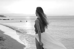 Ver cómo se marcha el día. (merchelas) Tags: portrait retrato atardecer bw blackandwhite blancoynegro bnw beach playa arena ocaso monocromo