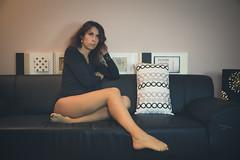 Laure (www.michelconrad.fr) Tags: vert bleu rouge canon eos6d eos 6d ef24105mmf4lisusm 24105mm 24105 femme modele portrait studio noir pose body canapé porte tableau cousins home maison chezsoi jambes