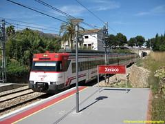 Tren de Cercanías de Renfe (Línea C-1) entrando en la Estación de XERACO (Valencia) (fernanchel) Tags: adif ciudades renfe xeraco spain jaraco c1 поезд bahnhöfe railway station estacion ferrocarril tren treno train rodalies cercanias