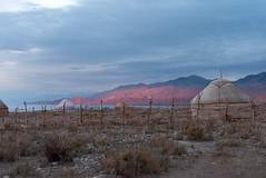 Environs du lac Issik-Kul, Kirghizistan (Pascale Jaquet & Olivier Noaillon) Tags: coucherdesoleil montagnes paysage yourtes lac tong issykkulregion kirghizistan kgz