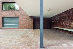 Haus Lange, Terrasse (Alexander Dülks) Tags: 2018 ziegelstein krefeld architektur pfeiler miesvanderrohe museum backstein hauslange brick modernism architecture tse bauhaus pillar tiltshift germany