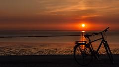 Sonnenuntergang mit Fahrrad.jpg (Knipser31405) Tags: 2018 fahrrad norddeich sonnenuntergang niedersachsen sunset nordsee frühjahr norden deutschland de