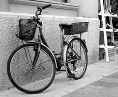 De compras (mike828 - Miguel Duran) Tags: bicicleta bicycle bike calle street bw blanco negro pollensa sony rx100 m4 mk4 iv