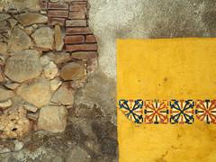 P7280050 (waldy5897) Tags: olympus textura amarillo em10 texture yellow pared ladrillos wall