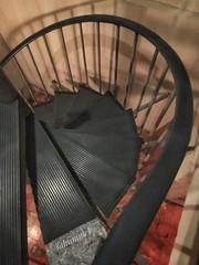 Wohin auch der Kaiser zu Fuß geht (Sockenhummel) Tags: treppe wendeltreppe spirale abwärts staircase stairwell escaliers architektur architecture stairs stufen steps kneipe restaurant hüftgold ostkreuz iphone