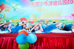 Happy Day Kindergarten Graduation 061 (C & R Driver-Burgess) Tags: stage platform ceremony child kids boy girl preschooler small little young pretty sing dance celebrate dress skirt white shorts blue suit waistcoat bowtie 台 爸爸 妈妈 父亲 母亲 父母 儿子 女儿 孩子 幼儿 粉红色的 衬衫 短裤 篮球 跳舞 唱歌 漂亮 帅 好看 小 people gauzy compere 打篮球 短裤子 黑 红 tamronspaf2875mmf28xrdildasphericalif tutu tights stockings pantyhose ballet shoes sequins sparkle microphone leap splits elegant rows jump 蓝色 白色 跳 袜裤 长筒袜库 由腰部撑开的芭蕾舞用短裙 芭蕾舞 鞋