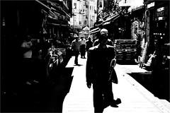 spi_423 (la_imagen) Tags: türkei turkey türkiye turquía istanbul istanbullovers sw bw blackandwhite siyahbeyaz monochrome street streetandsituation sokak streetlife streetphotography strasenfotografieistkeinverbrechen menschen people insan light shadow licht schatten gölge ışık silhouette silhuette siluet eminönü bazaar