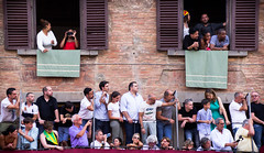 The Waiting (Beppe Rijs) Tags: 2018 italien juli sommer toskana italy july summer tuscany personen fenster stadion