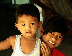 sister and brother (the foreign photographer - ฝรั่งถ่) Tags: sister brother children khlong thanon portraits bangkok bangkhen thailand canon