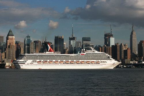 Carnival Victory in New York por Edward Sudentas.