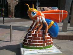 Manchester bee = Workee = GONE NOW (rossendale2016) Tags: irwell river feature water area fountains steel stainless metal obelisk areafountains modernised new lone railway arches cathedral statue bee manchester square greengate