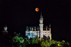 Mondfinsternis Schloss Neuschwanstein (stefangruber82) Tags: alpen alps bayer bavaria mondfinsternis totallunareclipse lunareclipse eclipse blutmond erdbeermond bloodmoon castle neuschwansteincastle neuschwanstein red rot mond moon nacht night